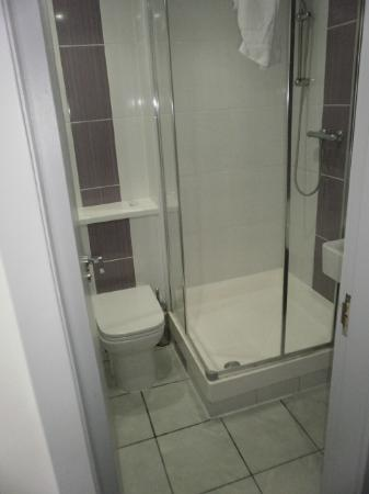 Best Western London Peckham Hotel: tiny bathroom