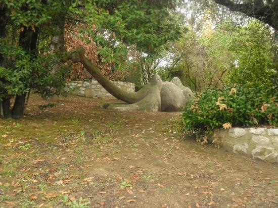 Hotel  le Rocce sas: scultura a forma di cammello in giardino