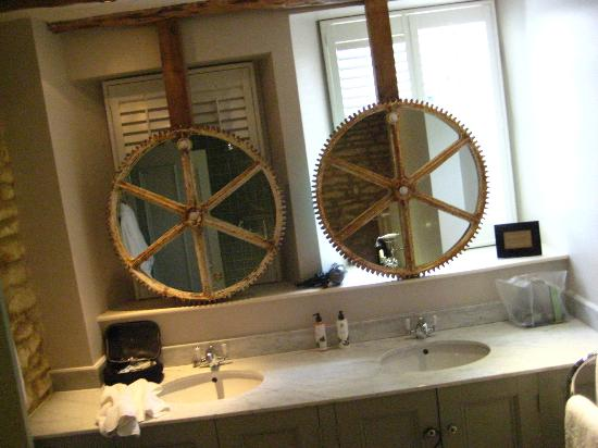 The Wheatsheaf Inn: Bathroom mirrors over the double sinks