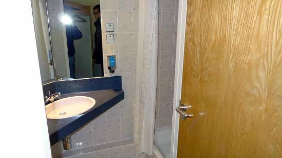 Holiday Inn Express Glasgow Airport: Bathroom