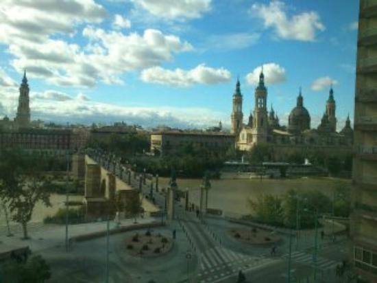 Ibis Zaragoza Centro: vistas al pilar de dia desde la habitacion del hotel