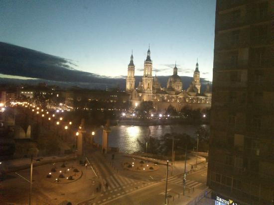 Ibis Zaragoza Centro: vistas desde el hotel al pilar de noche