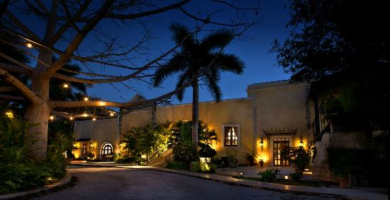 Hacienda Xcanatun: Main Entrance, at dusk