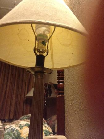 Rodeway Inn: Bed lamp, trying to show drops on the lamp's stand