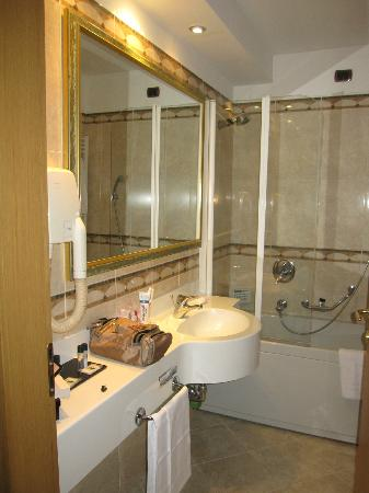 BEST WESTERN Hotel Mirage: Big beautiful bathroom