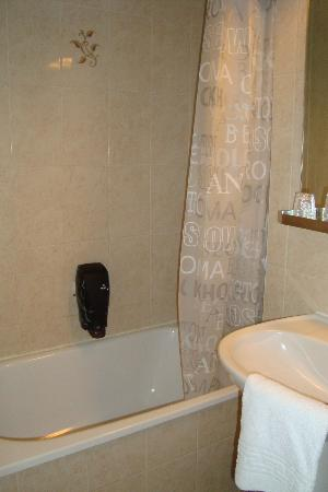 Hotel d'Angleterre : Very small bath, and a shower (well drizzle)