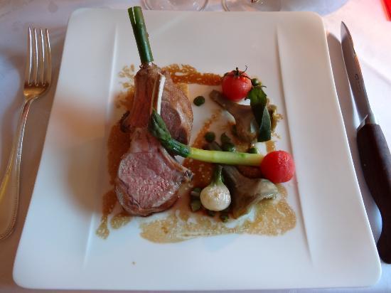 L'Orangerie du Château : Carré d'agneau, panisse, légumes confits liés au beurre d'escargot