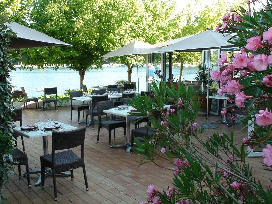 La Caravelle: La terrasse pour le dîner au bord du lac.