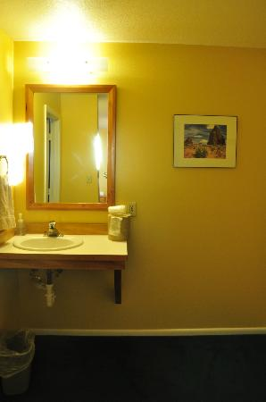 The Rim Rock Inn: Sink outside bath