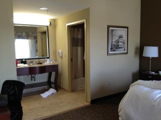 Hampton Inn & Suites West Point: entry to bathroom