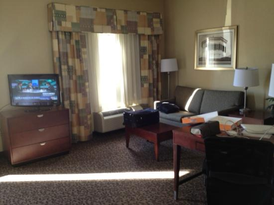 Hampton Inn & Suites West Point: sitting area and couch