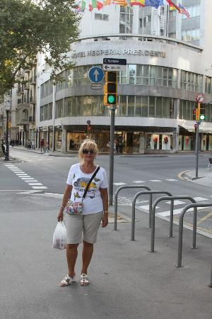 NH Hesperia Barcelona Presidente: Street view of hotel