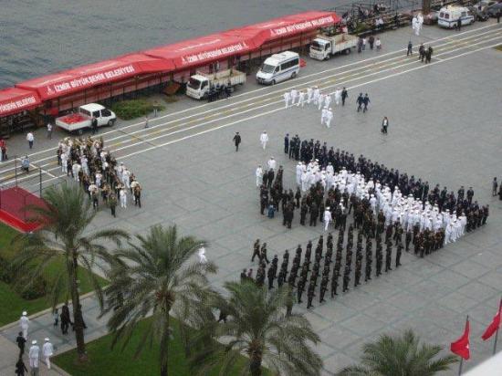 The Statue of Ataturk: Der Beginn einer Parade auf dem Kemal Atatürk Platz am 28.10.2012