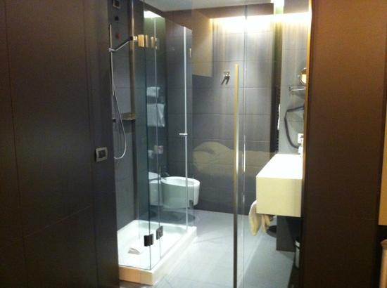 bello il bagno con porta di vetro trasparente in camera - Foto di ...