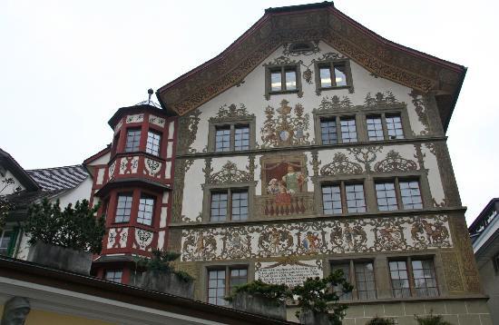 Old Town Lucerne: Otra bella casa antigua con sus cristales originales