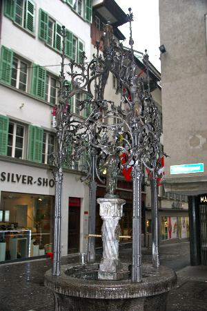 Old Town Lucerne: Rinconcito con vieja fuente de forja