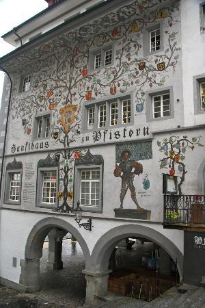 Old Town Lucerne: Casa policromada con escudos familiares de apellidos suizos
