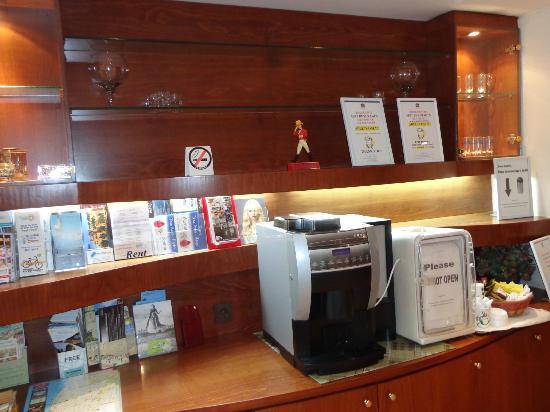 BEST WESTERN Regency Suites : Coffee machine in the lobby