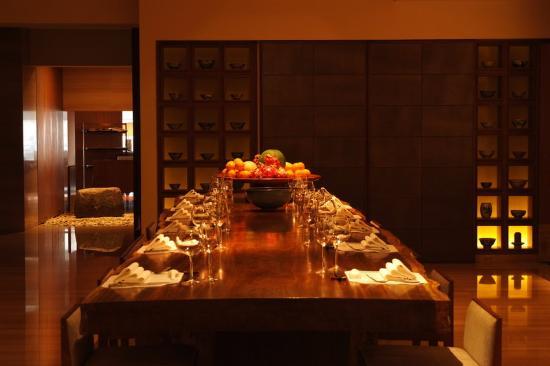 Les Suites Orient, Bund Shanghai: Cafe DongXi Dining Area Community Table
