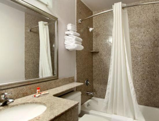 Super 8 Suffolk Tidewater: Bathroom