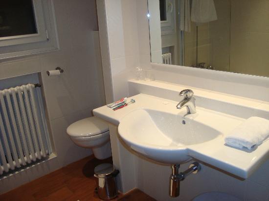 Kyriad Tours Centre: banheiro