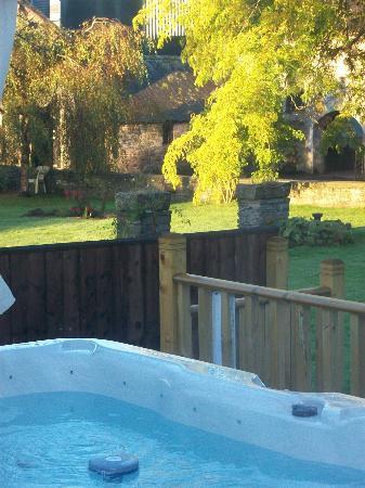 Bryndu Farm: HOT TUB