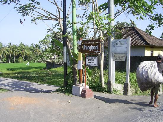 Frangipani Bungalows: The sign from Bisma St.