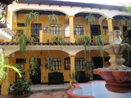 Hotel Posada San Vicente: Lots of beautiful trees and flowers