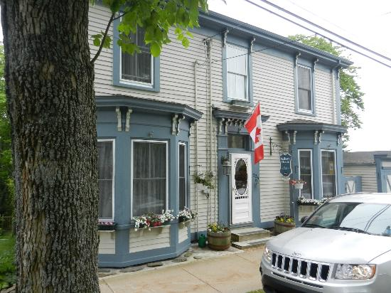 Pelham House Bed & Breakfast : The front of Pelham House in Lunenburg, NS
