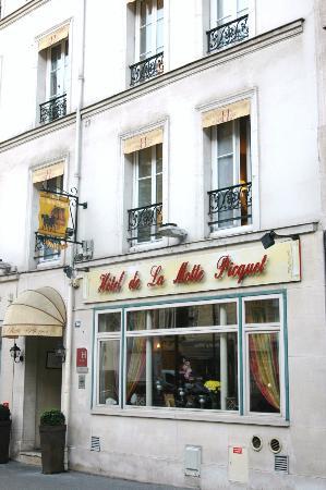 Hotel Motte Picquet: Hotel front on Ave. de La Motte Picquet