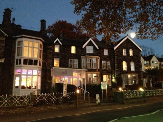 Waterhead Hotel: Outside - by moonlight!