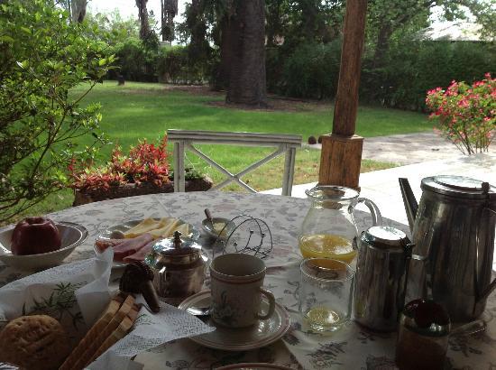 Bodega Cavagnaro: outside breakfast on veranda