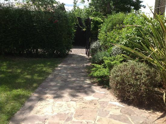 Bodega Cavagnaro: pathway to mainhouse