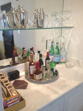 Colony Palms Hotel: great mini bar in room