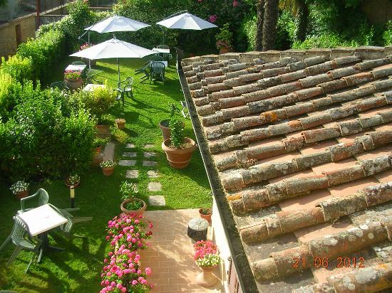 Locanda La Mandragola: Vista do jardim desde a janela do apartamento