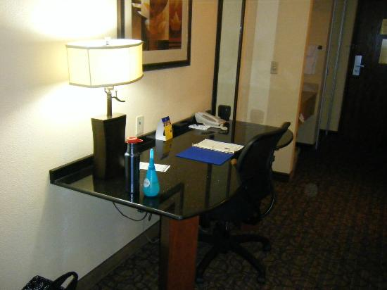 Best Western Plus Midwest Inn & Suites: Suite work desk