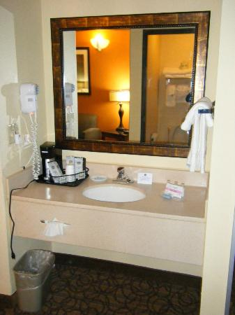 Best Western Plus Midwest Inn & Suites: Vanity area