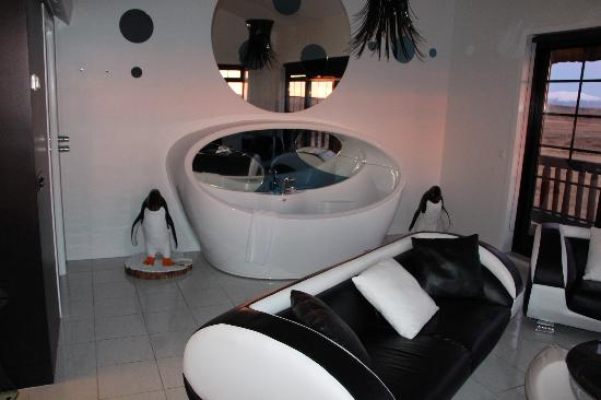Hotel Ranga: Hot tub in our room, guarded by penguins