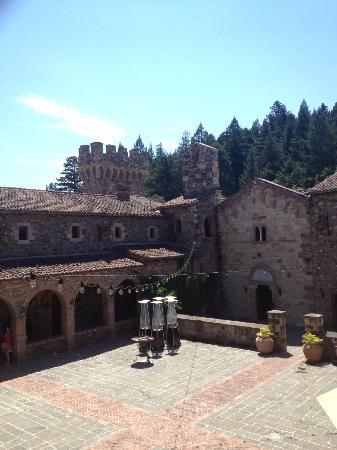 Castello di Amorosa: Courtyard