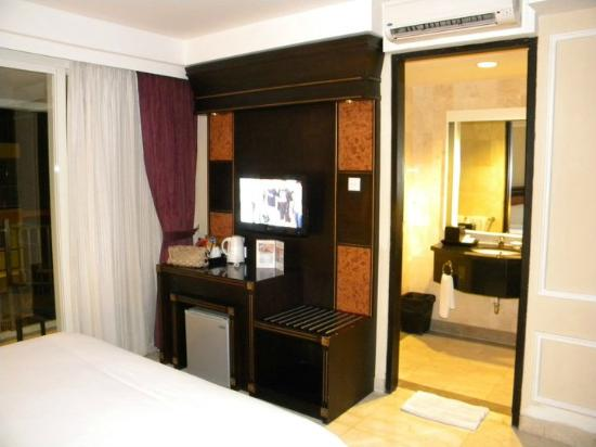 Bali Kuta Resort & Convention Center: Dresser/bathroom