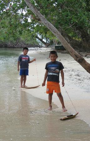 Popa Paradise Beach Resort: Local children playing