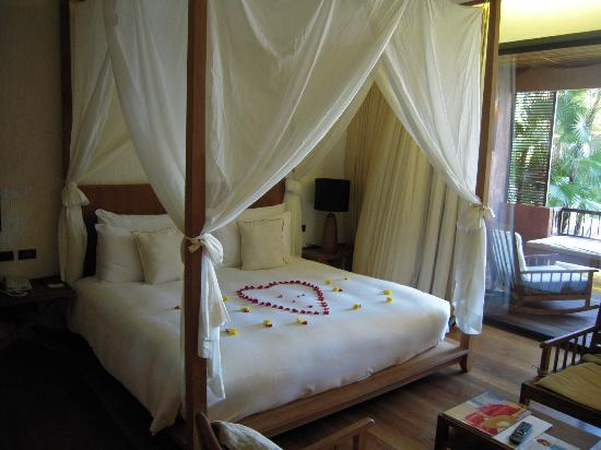 Hansar Samui Resort: Lovely canopy bed