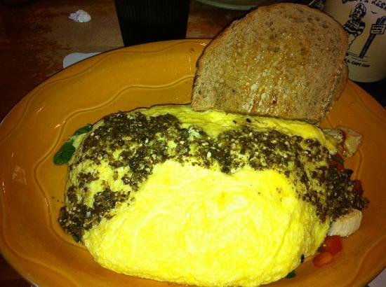Grumpy's Restaurant : Spinach, tomato, goat cheese pesto omelette