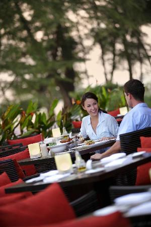 Pesto Restaurant: Dining outside Pesto next to the beach