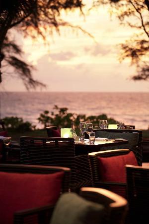 Pesto Restaurant: Pesto outdoor seating next to the beach