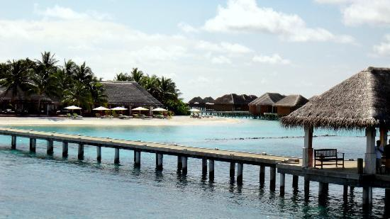 Vakarufalhi Island Resort: reaching the jetty