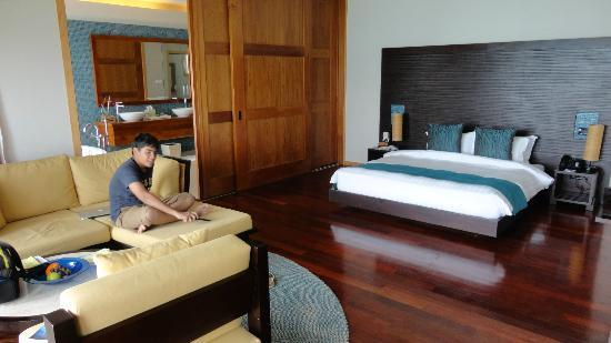 Vakarufalhi Island Resort: large bedroom with sliding door to bathroom
