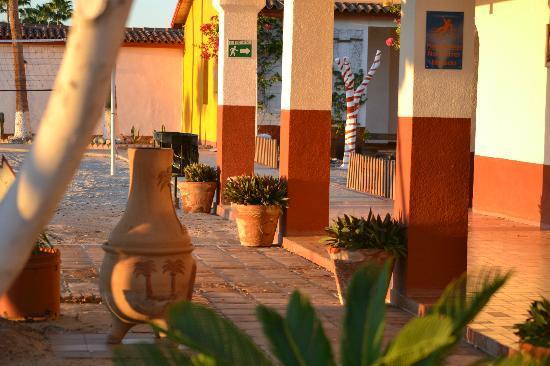 Las Palmas Hotel: Nice courtyards to walk through