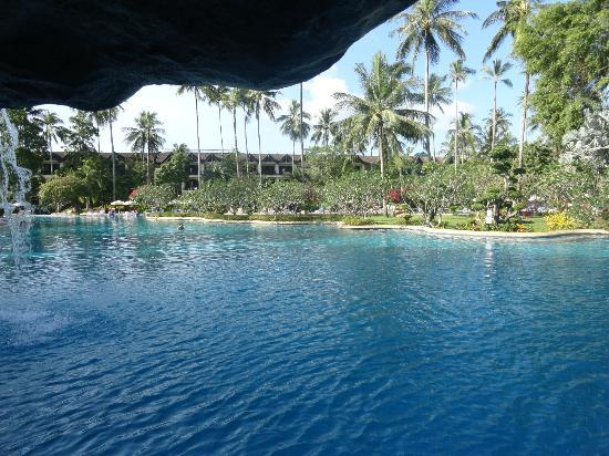 Duangjitt Resort & Spa: View from one side of pool