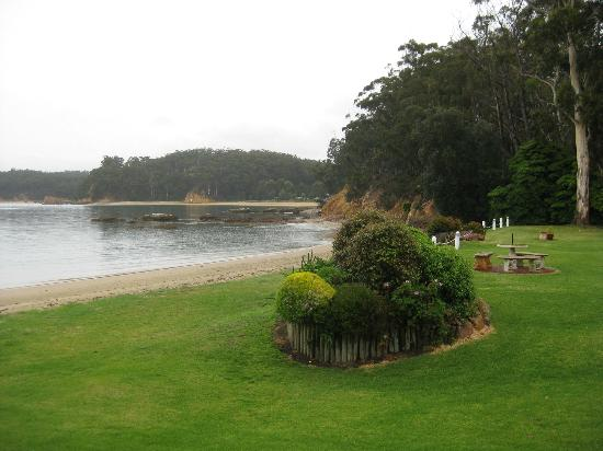 ‪‪Quarantine Bay Beach Cottages‬: A grey Oct day but serene view‬
